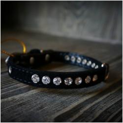 Odinis juodos spalvos antkaklis sagtis dekoruota kristalais